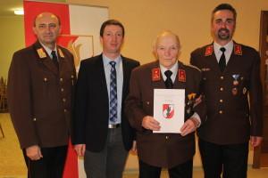 Verleihung der Bezirksverdienstmedaille der 2. Stufe durch Bezirksfeuerwehrkommandanten Alfred Deschberger an E-HBI Alois Schöfberger
